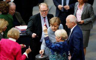 H Γερμανίδα καγκελάριος Αγκελα Μέρκελ και μέλη της κοινοβουλευτικής της ομάδας ψήφισαν χθες για τις οικογενειακές επανενώσεις μεταναστών.