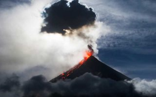 Λάβα στις πλαγιές του ηφαιστείου Μαγιόν, 340 χλμ. νοτιοανατολικά της Μανίλας στις Φιλιππίνες.