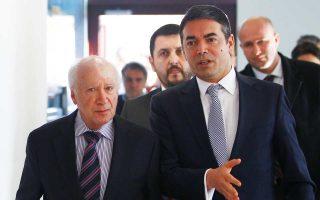 O ειδικός απεσταλμένος του γ.γ. του ΟΗΕ για το ονοματολογικό Μάθιου Νίμιτς και ο υπουργός Εξωτερικών της ΠΓΔΜ Νίκολα Ντιμιτρόφ, κατά τη χθεσινή συνάντησή τους.