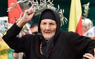 Γυναίκα κουρδικής καταγωγής, διαμαρτυρόμενη για την τουρκική επιχείρηση στο Αφρίν, κρατάει κλάδο ελαίας, στην ανατολική Βηρυτό του Λιβάνου.