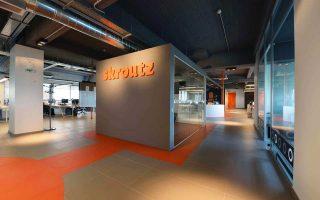 Η πώληση του 50% της Skroutz.gr από την Dionic, συναλλαγή που αναμένεται εντός των επόμενων ημερών, γίνεται υπό την πίεση της αποπληρωμής των οφειλών στις τράπεζες. Η Dionic πωλεί τη συμμετοχή της στη Skroutz.gr αντί περίπου 10,5 εκατ. ευρώ.