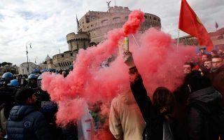 Κούρδοι και υποστηρικτές τους διαδηλώνουν εναντίον της επίσκεψης Ερντογάν, κοντά στο Βατικανό.