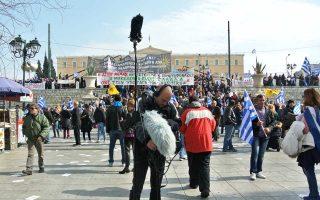Ο Μανώλης Μανουσάκης, συλλέγοντας ήχους από το προχθεσινό συλλαλητήριο στην πλατεία Συντάγματος.
