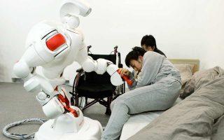 Τα ρομπότ πρόκειται να μπουν δυναμικά στους ιαπωνικούς οίκους ευγηρίας, όπου η γήρανση του πληθυσμού έχει περιορίσει πολύ τον αριθμό των νοσηλευτών που απαιτούνται. Μοναδική λύση για τη συμπλήρωση του κενού είναι οι διάφορες απλές ρομποτικές εφαρμογές, όπως αυτές που σηκώνουν τον ηλικιωμένο από το κρεβάτι ή τον βοηθούν να πάρει το καθημερινό του μπάνιο. Ωστόσο, τόσο οι σημερινοί φροντιστές, όσο και οι αποδέκτες της φροντίδας, αντιδρούν στη νέα εξέλιξη.