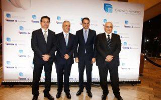 Ο πρόεδρος της Νέας Δημοκρατίας Κυριάκος Μητσοτάκης, ο πρόεδρος της Eurobank Ergasias Νικόλαος Καραμούζης (Δεξιά), ο διευθύνων σύμβουλος της Eurobank Ergasias Φωκίων Καραβίας (Aριστερά) και ο διευθύνων σύμβουλος της Grant Thornton Βασίλειος Καζάς (δεύτερος από αριστερά), φωτογραφίζονται κατά τη διάρκεια της τελετής βράβευσης του 2ου διαγωνισμού Ανάπτυξης και Ανταγωνιστικότητας (Growth Awards) της Eurobank Ergasias με την Grant Thornton στο Μέγαρο Μουσικής, την Τρίτη 6 Φεβρουαρίου 2018.