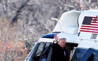 Ο Αμερικανός πρόεδρος Ντόναλντ Τραμπ χαιρετά δημοσιογράφους προτού επιβιβαστεί στο προεδρικό ελικόπτερο με τελικό προορισμό το Σινσινάτι, στην πολιτεία Οχάιο.