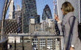 Η Κομισιόν προτείνει, μεταξύ άλλων κυρώσεων, να διακόπτεται η πρόσβαση του βρετανικού τομέα χρηματοπιστωτικών υπηρεσιών στην ενιαία αγορά, να αναστέλλονται τα δικαιώματα λειτουργίας των αεροπορικών εταιρειών και η ελεύθερη διακίνηση αγαθών στην ενιαία αγορά χωρίς τελωνειακούς ελέγχους.