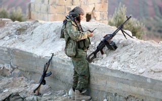Μαχητής του υποστηριζόμενου από την Τουρκία Ελεύθερου Συριακού Στρατού σε θέση μάχης, στο ανατολικό Αφρίν.