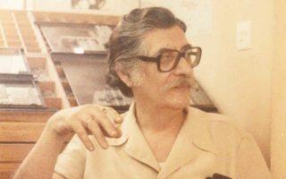 Ο Μανόλης Αναγνωστάκης στις εμβληματικές εκδόσεις «Στιγμή» του Αιμίλιου Καλιακάτσου, το 1984. Αυτή είναι μία από τις δεκάδες φωτογραφίες και άλλα τεκμήρια από το προσωπικό αρχείο του σπουδαίου ποιητή που παρουσιάζονται, από την ερχόμενη Δευτέρα, στο Ιδρυμα της Βουλής των Ελλήνων. Το αφιέρωμα στον Μανόλη Αναγνωστάκη, με τίτλο «Το θέμα είναι τώρα τι λες», είναι μια διαδρομή στη ζωή και το έργο του, με επίκεντρο πάντοτε τις ποιητικές του συλλογές.