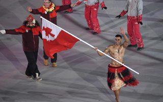 Πίτα. Εσωθερμικά εσώρουχα, μπουφάν, σκουφιά, γάντια, πουλόβερ, παντελόνια με επένδυση και προστατευτικά αυτιών. Ολα αυτά τα φορούσαν οι άλλοι όχι όμως ο εικονιζόμενος Pita Taufatofua που για άλλη μια φορά έγινε διάσημος (είχε προηγηθεί η ολυμπιάδα του 2016) κρατώντας την σημαία της Tonga, ημίγυμνος, λαδωμένος και με σαγιονάρες στο πολικό ψύχος. Ο αθλητής του σκι και του taekwondo κέρδισε την διασημότητα που του αναλογεί χωρίς καν να αγωνιστεί. (Franck Fife/Pool Photo via AP)