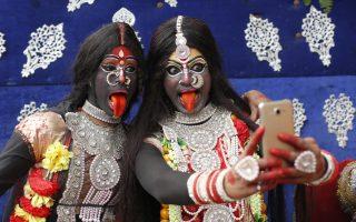 O θεός της καταστροφής. Δυο νεαρές Ινδές ποζάρουν για selfie  ντυμένες ως θεές Κάλι. Τα κορίτσια συμμετέχουν στο φεστιβάλ Mahashivratri στο Αλαχαμπάντ της Ινδίας που είναι αφιερωμένο στον Σίβα, τον θεό του θανάτου και της καταστροφής. AP Photo/Rajesh Kumar Singh