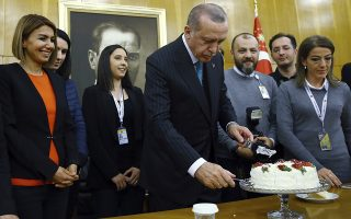 Τα γενέθλια του Σουλτάνου. Με δημοσιογράφους (οι γυναίκες χωρίς μαντίλα) γιόρτασε τα 65 του χρόνια ο Τούρκος πρόεδρος Recep Tayyip Erdogan. Ο Erdogan αμέσως μετά αναχώρησε για πενθήμερη επίσκεψη στην Αφρική. (Kayhan Ozer/Pool Photo via AP)