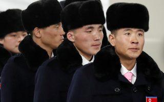 Στο μυαλό του Βορειοκορεάτη.Η ολυμπιακή ομάδα της χώρας με τα γούνινα καπέλα της μπαίνει στο Ολυμπιακό χωριό στο Gangneung της Νοτίου Κορέας.  Κανείς στον κόσμο δεν θα ήθελε να είναι στην θέση τους. Οπως και να το κάνεις είναι χαμένοι από χέρι. Τόσο από την πίεση να γυρίσουν νικητές (δεν υπάρχει λόγος να συζητήσουμε τι θα γίνει αν χάσουν) όσο και από το πολιτιστικό σοκ που θα δεχθούν αυτές τις ημέρες τις διαμονής τους στον Δυτικό κόσμο της  απατηλής αφθονίας. REUTERS/Kim Hong-Ji