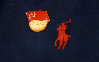 Στην θέση της καρδιάς. Εκεί μπαίνει πάντα το σήμα του κομουνιστικού κόμματος της Κίνας. Εκεί βάζουν και τα λογότυπά τους οι μεγάλες εταιρίες της δύσης. REUTERS/Jason Lee