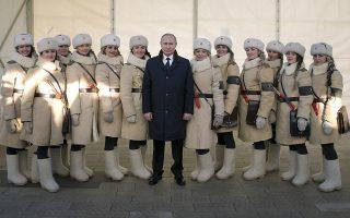 Η μάχη του Στάλινγκραντ. Χαμογελαστός ποζάρει ο πρόεδρος Πούτιν ανάμεσα σε όμορφες κυρίες ντυμένες με στολές του Κόκκινου Στρατού. Ο πρόεδρος βρέθηκε στο σημερινό Volgograd για να τιμήσει την 75 επέτειο της αιματηρότερης μάχης του Β' Παγκοσμίου Πολέμου -από τον Αύγουστο του 1942 μέχρι τον Φεβρουάριο του 1943-, με την πόλη του Στάλινγκραντ να γίνεται ερείπια και τον τελικό απολογισμό θυμάτων να φτάνει τα 2 εκατομμύρια ανθρώπους. Alexei Druzhinin, Sputnik, Kremlin Pool Photo via AP)