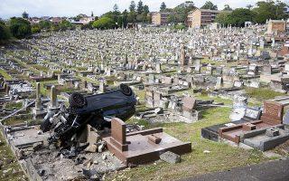 Ε, δεν σκότωσε και κανέναν! Σώος και αβλαβής αλλά απόλυτα μεθυσμένος βγήκε από το πολυτελές και πλήρως διαλυμένο Mercedes SUV ο οδηγός του. Το αυτοκίνητο προσγειώθηκε στο νεκροταφείο South Coogee του Σίδνεϊ και έγινε πρώτη είδηση. EPA/Aaron Bunch