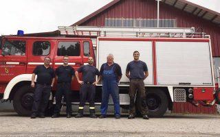 Οι εθελοντές πυροσβέστες, μέλη των «Safers», παρέδωσαν στον δήμαρχο των Φούρνων πυροσβεστικό όχημα που μετέφεραν από την Κολωνία.