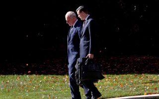 Ο Τζον Κέλι περπατά δίπλα στον Ρομπ Πόρτερ, ο οποίος παραιτήθηκε την Πέμπτη.