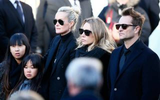 Η σύζυγος του Τζόνι Χαλιντέι Λετισιά, η θυγατέρα του Λορά Σμετ και ο γιος του Νταβίντ Χαλιντέι στην κηδεία του Τζόνι Χαλιντέι.