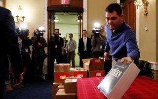 Αντίγραφα του σχεδίου των Ρεπουμπλικανών για τον προϋπολογισμό κατατίθενται στο Κογκρέσο.