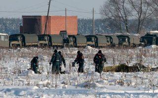 Συνεργεία «χτενίζουν»» την περιοχή του δυστυχήματος στη Ρωσία για την ανεύρεση στοιχείων που θα φωτίσουν τα αίτια της συντριβής.