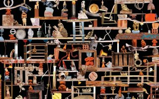 Η εικαστική απεικόνιση της ερευνητικής εργασίας του καλλιτέχνη σχετικά με την επανάχρηση και τη σύνδεση παλαιών και νέων υλικών.