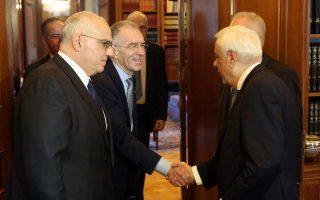 Το θέμα των πλειστηριασμών συζητήθηκε στη χθεσινή συνάντηση που  είχε το προεδρείο της Ελληνικής Ενωσης Τραπεζών με τον Πρόεδρο  της Δημοκρατίας Προκόπη Παυλόπουλο. Στη φωτογραφία, ο Πρόεδρος της Δημοκρατίας υποδέχεται τον πρόεδρο της ΕΕΤ Νίκο Καραμούζη (πρώτος από αριστερά) και τον αντιπρόεδρο της ΕΕΤ Βασίλη Ράπανο (κέντρο).