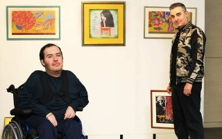 Το πάθος τους για τη ζωγραφική γεννήθηκε στα παιδικά τους χρόνια και παραμένει άσβεστο. Ο Κωνσταντίνος Σιδηρόπουλος (αριστερά) γράφει ποίηση και ζωγραφίζει με τη βοήθεια ηλεκτρονικού υπολογιστή, λόγω των κινητικών προβλημάτων του. Ο Γιάννης Γούνας φτιάχνει με χρώματα τη δική του πραγματικότητα. Οι δυο τους θα συναντηθούν στις 27 Φεβρουαρίου, στο Ιδρυμα Μιχάλης Κακογιάννης, σε μια κοινή έκθεση με τίτλο «50 Haiku και New Age». Επιλογή του Γιάννη το «Haiku», από τα μικρά γιαπωνέζικα ποιήματα τα οποία λατρεύει.