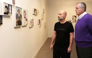 Ο συλλέκτης (δεξιά) και ο καλλιτέχνης στο στήσιμο της έκθεσης.