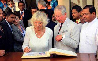 Ο πρίγκιπας Κάρολος και η σύζυγός του Καμίλα Πάρκερ Μπόουλς σε πρόσφατη επίσκεψη στη Σρι Λάνκα για τη συνάντηση των ηγετών της Κοινοπολιτείας.