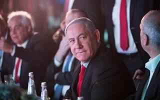 Ο Ισραηλινός πρωθυπουργός Μπέντζαμιν Νετανιάχου συμμετείχε χθες σε συνέδριο τοπικών αρχών στο Τελ Αβίβ. Λίγο νωρίτερα, είχε καταδικάσει την πρόταση των προανακριτικών αρχών για άσκηση ποινικής δίωξης για διαφθορά εις βάρος του, χαρακτηρίζοντας το κατηγορητήριο «μεροληπτικό, ακραίο και γεμάτο τρύπες, όπως ένα κομμάτι ελβετικό τυρί».