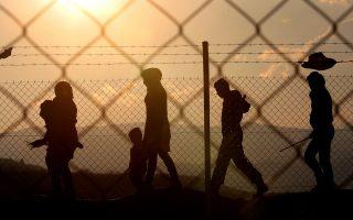 Πρόσφυγες περπατούν  στον άτυπο προσφυγικό καταυλισμό της Ειδομένης, Σάββατο 19  Μαρτίου 2016. Το κλείσιμο των συνόρων με την ΠΓΔΜ έχει εγκλωβίσει στην Ελληνική επικράτεια περισσότερους από σαράντα χιλιάδες πρόσφυγες και μετανάστες γεγονός που έχει προκαλέσει μία ανθρωπιστική κρίση, ειδικά στο καταυλισμό της Ειδομένης, όπου χιλιάδες ανθρωποι διαβιούν υπό άθλιες συνθήκες.  ΑΠΕ-ΜΠΕ/ΑΠΕ-ΜΠΕ/ΟΡΕΣΤΗΣ ΠΑΝΑΓΙΩΤΟΥ