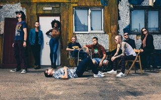 Οι πολυπολιτισμικοί London Afrobeat Collective παρουσιάζουν ένα άκρως πολυσυλλεκτικό μουσικό αποτέλεσμα.