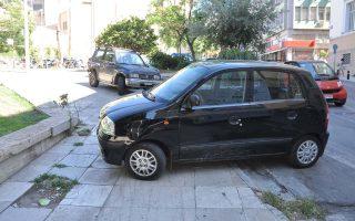 Ενας στους δύο οδηγούς παρκάρει αντικοινωνικά στο κέντρο των Αθηνών, σε πεζοδρόμια και πεζόδρομους, σε ράμπες για άτομα με κινητικές δυσκολίες, σε διαβάσεις και πλατείες. Η Δημοτική Αστυνομία έκοψε 103.470 κλήσεις για παράνομη στάθμευση το 2017. Αφαιρέθηκαν πινακίδες από 18.932 Ι.Χ., οι περισσότερες (2.374) στην Πατριάρχου Ιωακείμ στο Κολωνάκι.