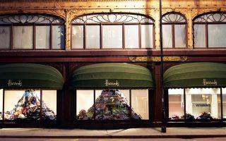 Από την πλευρά της οδού Μπρόμπτον, οι βιτρίνες του Harrods θα καταλαμβάνονται από μεγάλους όγκους ρούχων, τα οποία έχουν συγκεντρωθεί από τους 4.000 υπαλλήλους και από κάδους ανακύκλωσης.