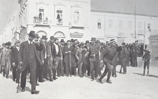 Στη φωτογραφία, στρατιώτες εμποδίζουν στην περιοχή των Χαυτείων τους βουλευτές από την Κρήτη να πλησιάσουν το κτίριο της Βουλής των Ελλήνων (φωτ. από το Αρχείο του Εθνικού Ιδρύματος Ερευνών & Μελετών «Ελευθέριος Κ. Βενιζέλος» - Χανιά).