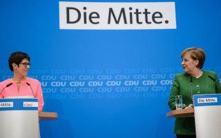 Η Αγκελα Μέρκελ και η Ανεγκρετ Κραμπ - Κάρενμπαουερ, χθες, στο Βερολίνο.