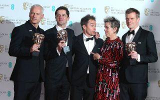 Η παρέα τού «Τρεις πινακίδες έξω από το Εμπινγκ, στο Μιζούρι». Ξεχωρίζει με το χρωματιστό φόρεμά της η Φράνσις Μακ Ντόρμαντ, η οποία πάντως δήλωσε απολύτως αλληλέγγυα με τις μαυροφορεμένες συναδέλφους της.