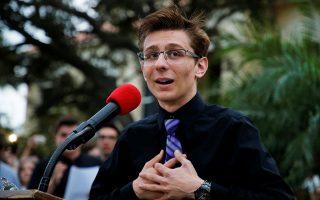 Μαθητής του λυκείου του Πάρκλαντ μιλάει σε εκδήλωση κατά της ανεξέλεγκτης οπλοκατοχής.