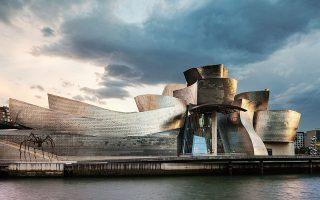 Μουσείο Guggenheim, Μπιλμπάο, 1997. Το τιτάνιο επιλέχθηκε για να αντανακλά το φως της (μουντής) πόλης.