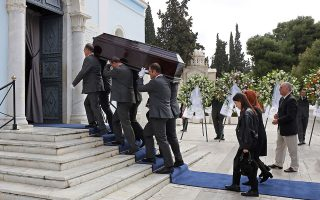 Η πολυαγαπημένη σύζυγος και οι θυγατέρες του, με σύσσωμη τη δημοσιογραφική οικογένεια της «Καθημερινής», αποχαιρέτισαν χθες τον Μιχάλη Κατσίγερα στο τελευταίο ταξίδι του στο Α΄ Νεκροταφείο. Σε κλίμα θλίψης και συγκίνησης, συγγενείς, συνάδελφοι και φίλοι είπαν το ύστατο χαίρε στον «Φιλίστορα» της εφημερίδας, προικισμένο με όλες τις αρετές της παλαιάς φρουράς του δημοσιογραφικού επαγγέλματος.