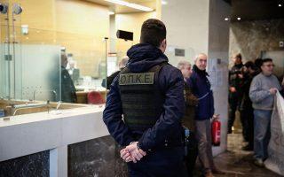Σε καταστήματα τραπεζών και στο κεντρικό κτίριο της Τράπεζας της Ελλάδος εισέβαλαν χθες μέλη ομάδων που αντιδρούν στους πλειστηριασμούς, καθώς τα συμβολαιογραφεία στα οποία διεξαγόταν η ηλεκτρονική διαδικασία ήταν αυστηρώς φρουρούμενα από αστυνομικές δυνάμεις. Εως το τέλος του μήνα έχουν προγραμματιστεί 330 πλειστηριασμοί.