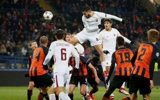 Ο Κώστας Μανωλάς (κέντρο) αγωνίστηκε σε όλο το ματς χθες στο Ντόνετσκ και ήταν από τους διακριθέντες της Ρόμα, η οποία θα πρέπει να μην κάνει τα ίδια λάθη στη ρεβάνς αν θέλει να προκριθεί.