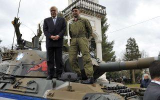 Ο Πρόεδρος της Δημοκρατίας, πάνω σε άρμα μάχης, κατά την επίσκεψή του στα Ιωάννινα, όπου μετέβη χθες για την 105η επέτειο της απελευθέρωσης της πόλης. Ο Προκόπης Παυλόπουλος έστειλε αυστηρά μηνύματα προς Αγκυρα και Σκόπια.