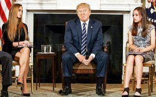 Μαθητές του λυκείου Μάρτζορι Στόουνμαν Ντάγκλας του Πάρκλαντ στη Φλόριντα συναντήθηκαν την Τετάρτη με τον πρόεδρο Τραμπ στον Λευκό Οίκο.