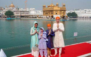 Ακρως εντυπωσιακές οι ινδικές παραδοσιακές φορεσιές της οικογένειας του Καναδού πρωθυπουργού Τζάστιν Τριντό κατά την επίσκεψή του στην Ινδία.