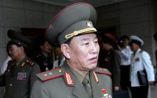 Ο Κιμ Γιονγκ Τσολ σε φωτογραφία του Ιουλίου 2007 στο χωριό Πανμουτζόν, στα σύνορα μεταξύ Βόρειας και Νότιας Κορέας.
