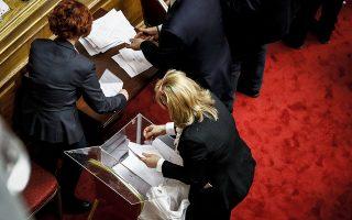 Σενάρια «διαρροών» από το κυβερνητικό στρατόπεδο μετά τα αποτελέσματα της ψηφοφορίας στη Βουλή.