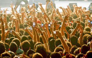 Τα υψωμένα κινητά τηλέφωνα, που τραβούν βίντεο, είναι πια μόνιμη εικόνα σχεδόν σε κάθε ζωντανή μουσική εμφάνιση.