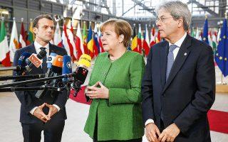 Η Γερμανίδα καγκελάριος Μέρκελ πλαισιωμένη από τον Γάλλο πρόεδρο Μακρόν και τον Ιταλό πρωθυπουργό Τζεντιλόνι, χθες στις Βρυξέλλες.